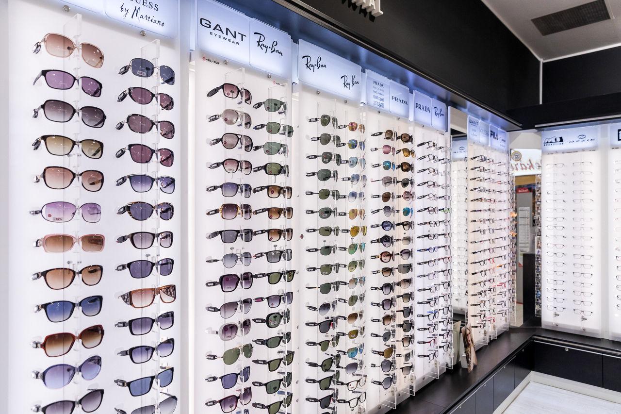 febebb8b9 Okrem okuliarov si môžete zakúpiť aj pestrofarebné dáždniky, ktoré  rozjasnia každý sychravý deň. Počas zimných mesiacov vybavíme na svah  každého lyžiara ...